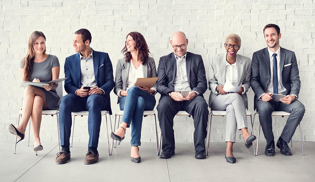 een groep personen die op stoelen zitten