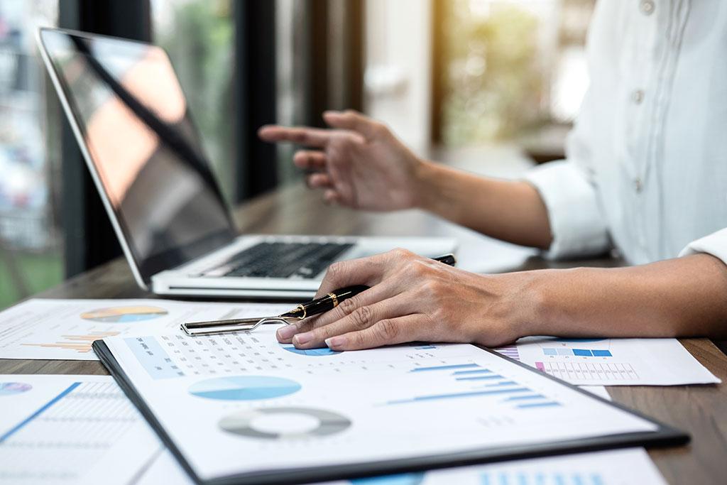 Une femme fait un audit interne dans une entreprise