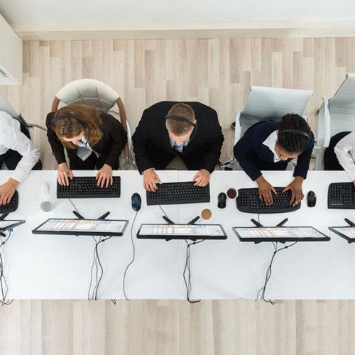 5 personnes travaillant sur ordinateur