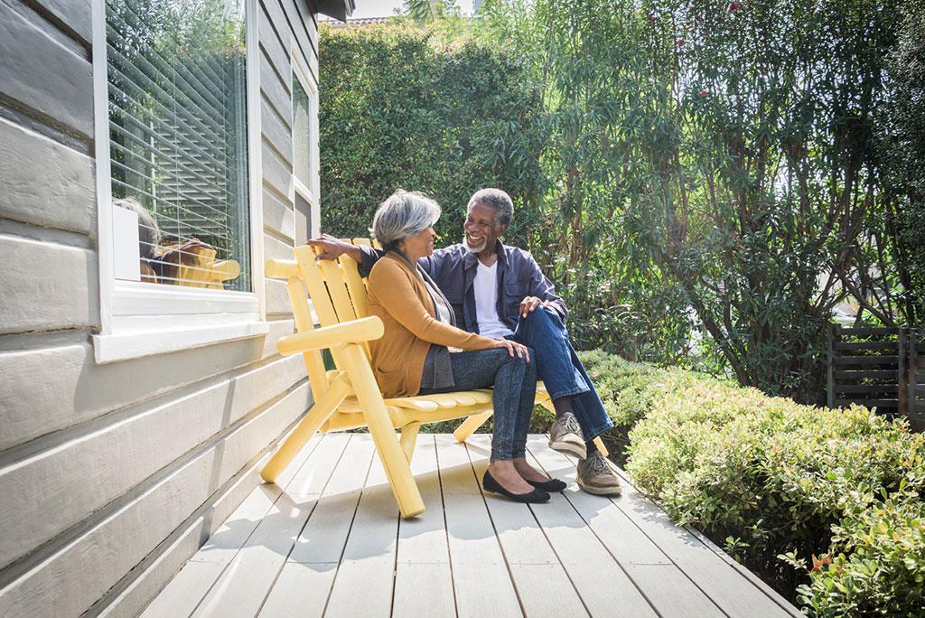 Un couple de personnes âgées assises sur un banc