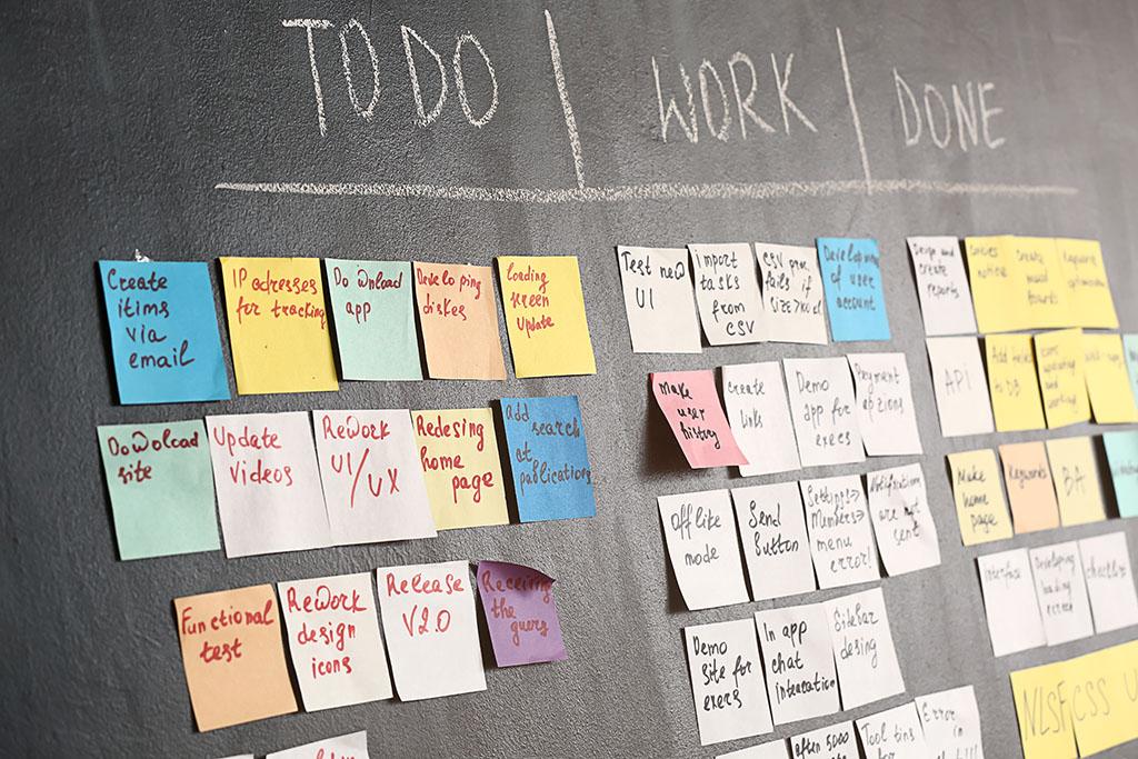 Tableau des tâches de Scrum sur un mur sombre dans un bureau